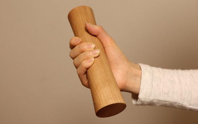 自宅でのトレーニングをサポートする木製ダンベルMOKKIN